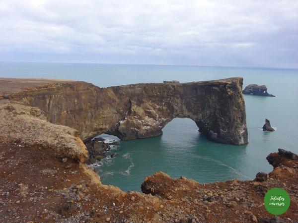 Arco de Dyrhólaey acantilado Dyrhólaey y la playa de arena negra Reynisfjara