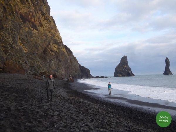 Playa de arena negra Reynisfjara Vik Qué ver en Vik: acantilado Dyrhólaey y la playa de arena negra Reynisfjara