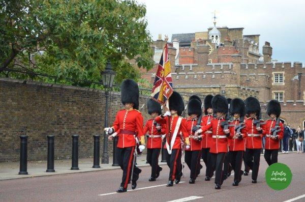 Cambio de guardia saliendo de St James Palace - Que ver en Londres