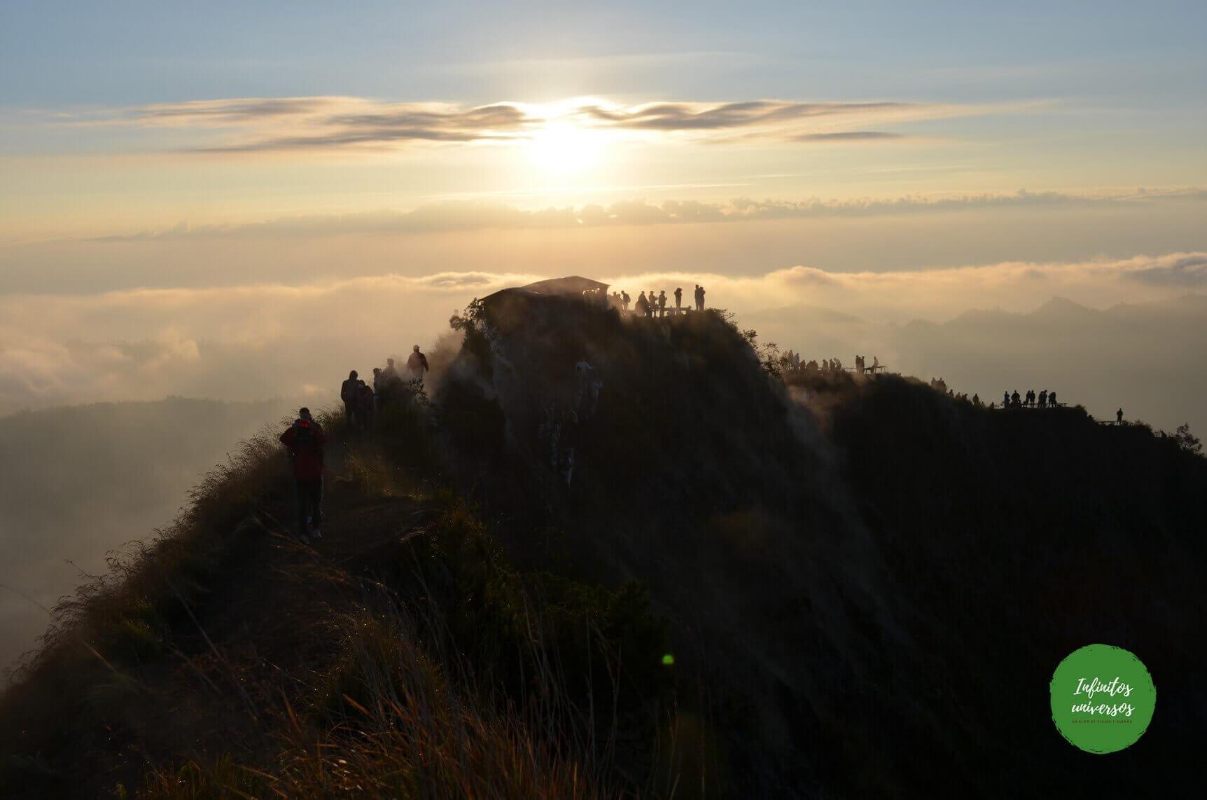 Amanecer en el monte Batur y cascada Kanto Lampo, en Bali (Indonesia)